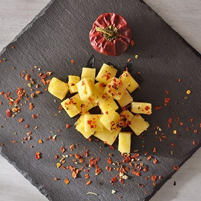 Würzen mit Chiliflocken gestreut auf Ananasstücke