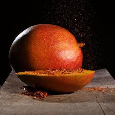 Würzen mit Chiliflocken gestreut auf eine Mango
