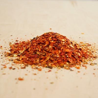 Würzen mit Chiliflocken als Gewürz-Häufchen