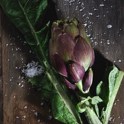 Würzen mit Fleur de Sel zu Artischocke