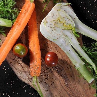 Würzen mit Königskümmel auf Karotte, Fenchel und Tomate