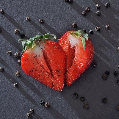 Rezeptideen Erdbeeren zu wuerzen mit schwarzer Pfeffer natuerlich und nachhaltig von roots-natural