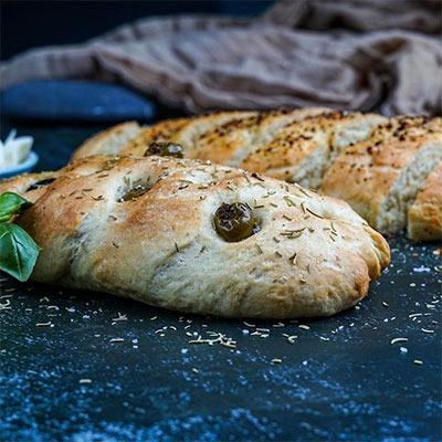 Würzen mit wildem Rosmarin im frisch gebackenem Brot