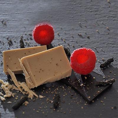 Würzen mit Schokoladen-Pfeffer mit weißer Schokolade und Himbeeren