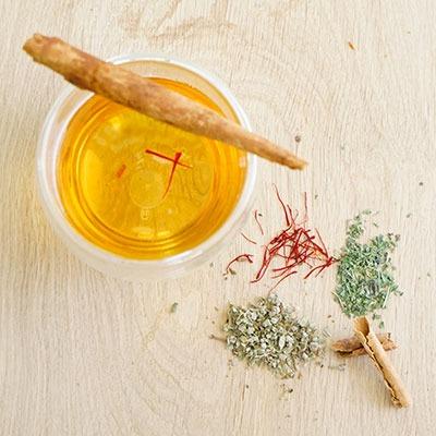 Rezeptidee für Wuerzen mit Zimtrinde, Safranfäden und Koenigsbasilikum von roots. natural