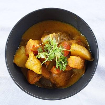 Kartoffel und Gemüsegericht mit Koriandersamen von roots.