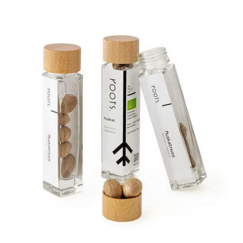 Muskatnuss kaufen bio von roots im Gewuerz-Glas natuerlich und direkt aus Sansibar
