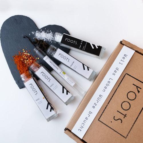 Gewuerze mit Verpackung als Valentinstagsgeschenk von roots-natural