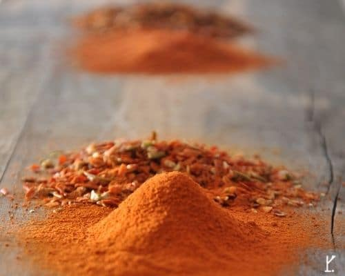 Chilipulver und Chiliflocken fuer leckere Wuerzsauce