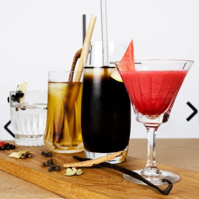 Sommerliche Drinks ausgezeichnet wuerzen